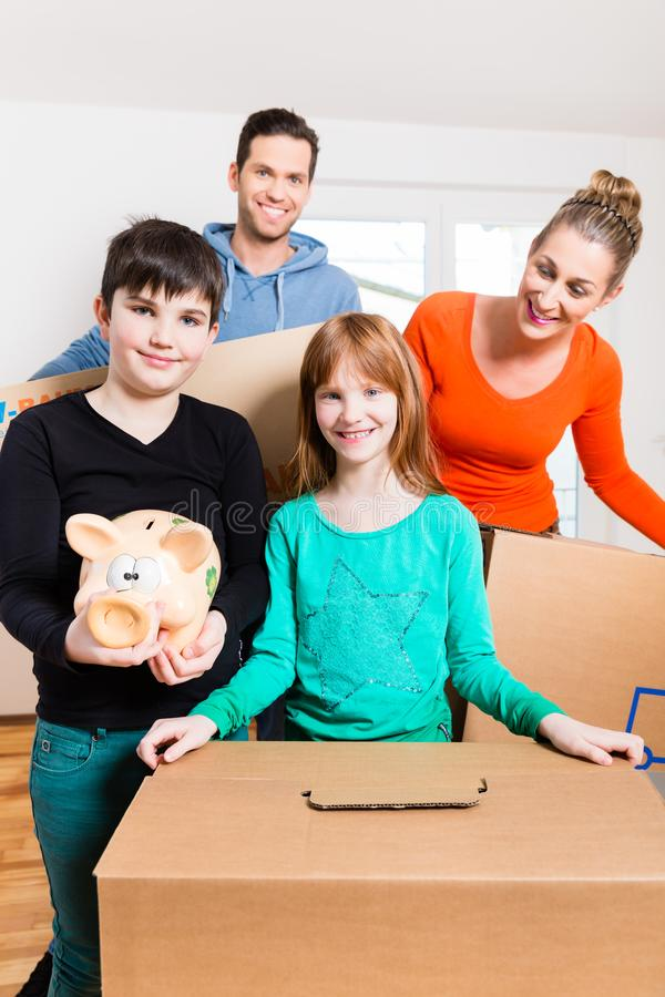 Семья двигая в новый дом стоковые изображения rf