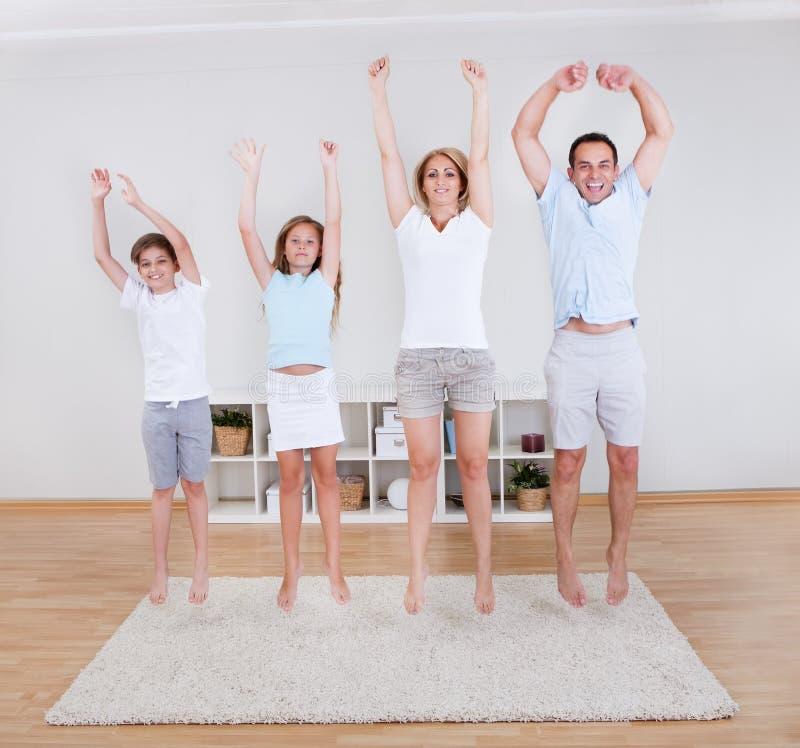 Семья делая протягивающ тренировки на ковре стоковая фотография rf