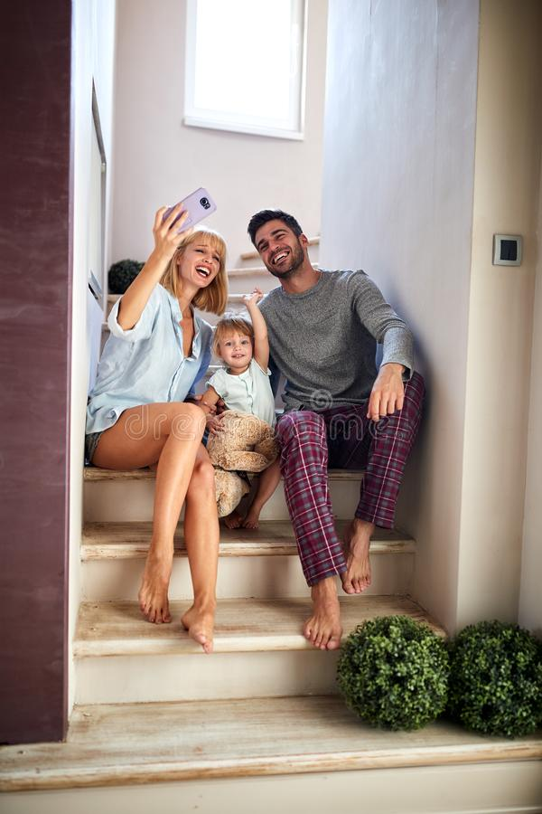 Семья делая selfie крытый стоковое изображение