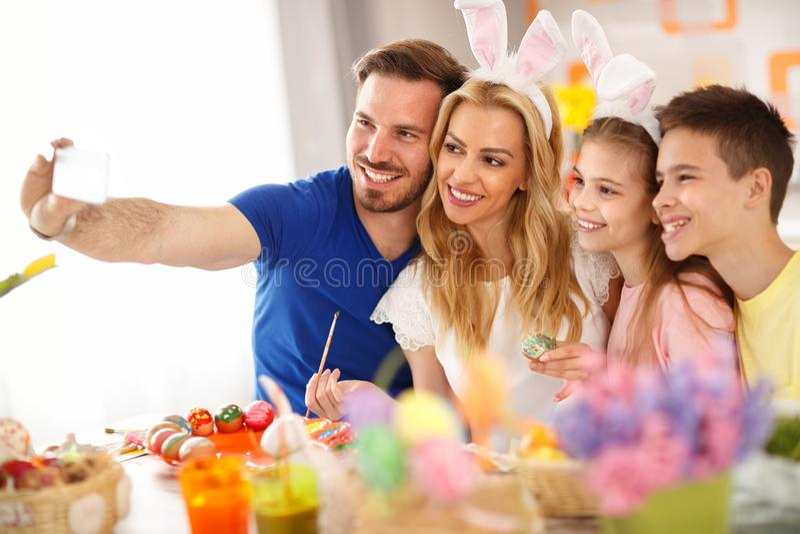 Семья делая selfie пока красить eggs стоковое изображение