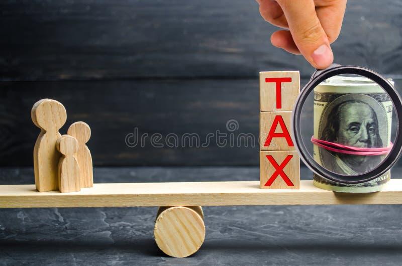 """Семья, деньги и слова """"налог """"в масштабах Налоги на недвижимости, оплате Штраф, недоимки Регистр налогоплательщиков для prope стоковая фотография"""
