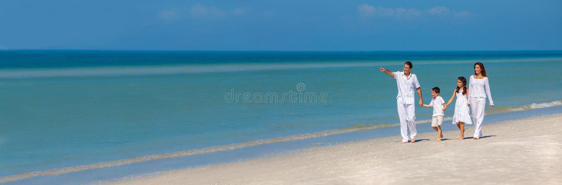 Семья детей отца матери идя на панораму пляжа стоковые фото