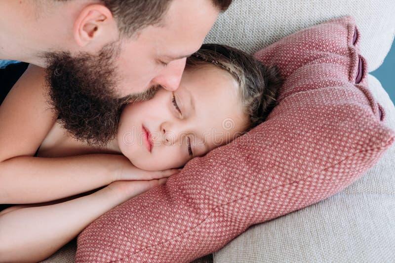 Семья дочери поцелуя отца влюбленности нежная доброй ночи стоковая фотография