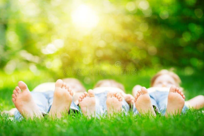 Семья лежа на траве стоковые изображения rf