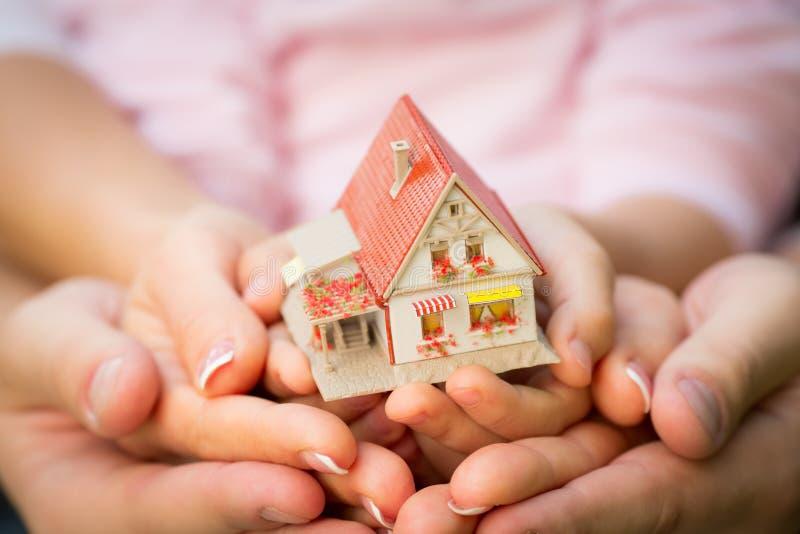 Семья держа дом стоковые фотографии rf