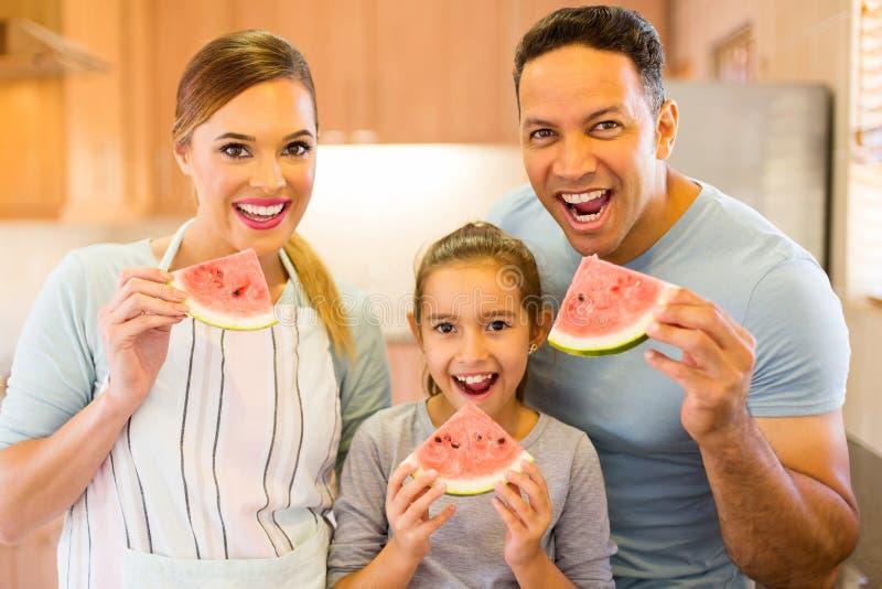 Семья есть арбуз стоковая фотография