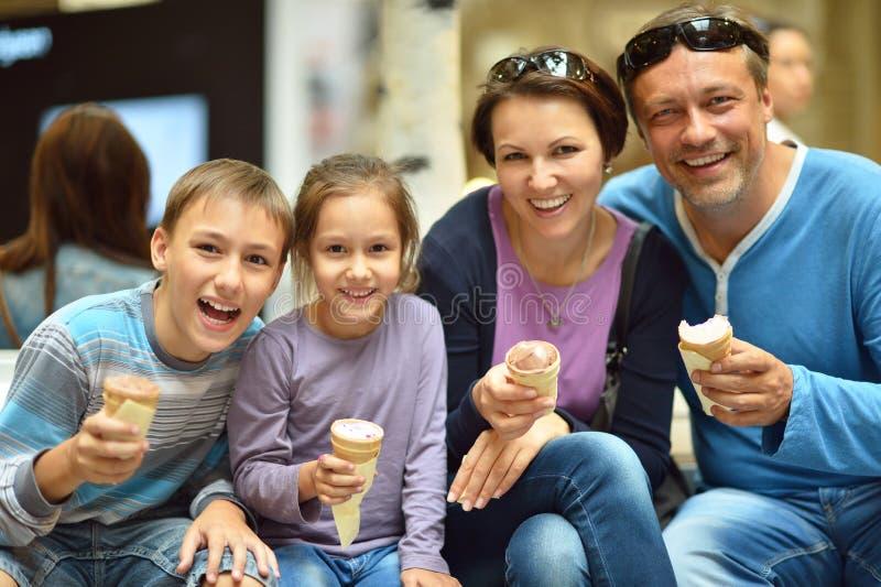 Семья есть мороженое стоковое изображение