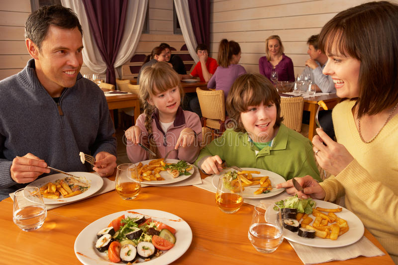 Семья есть обед совместно в ресторане стоковая фотография rf