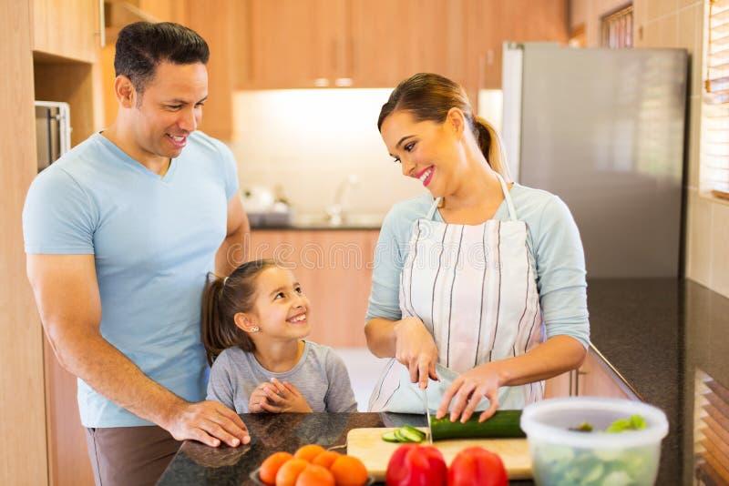 Семья делая салат стоковые фото