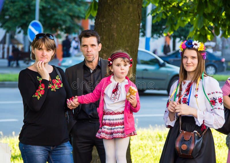 Семья ждать начало торжества стоковые фото