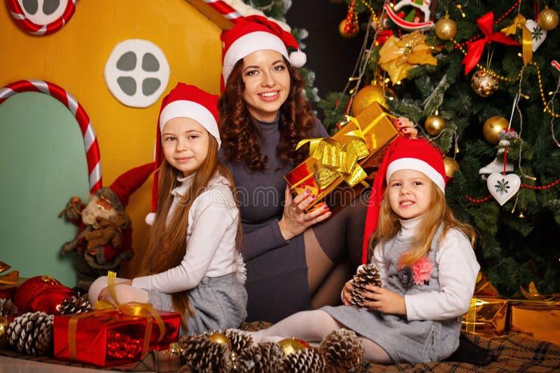 Download Семья ждет рождество стоковое изображение. изображение насчитывающей gingerbread - 81812401