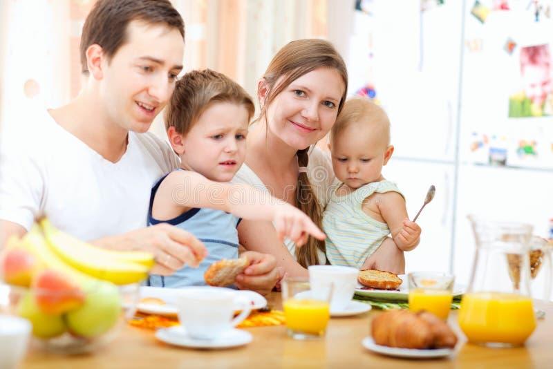 семья завтрака стоковое изображение rf