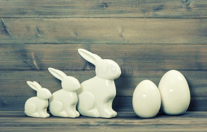 Семья зайчика пасхи и белые керамические яичка Винтажное оформление пасхи стоковые фотографии rf