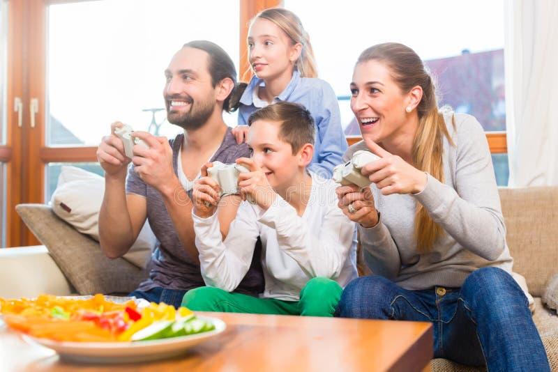 Download Семья играя видеоигры совместно Стоковое Фото - изображение насчитывающей родители, время: 40586002