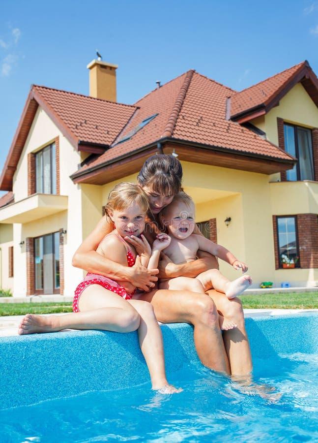 Семья играя в бассейне. стоковые фото