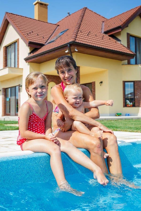 Семья играя в бассейне. стоковая фотография rf