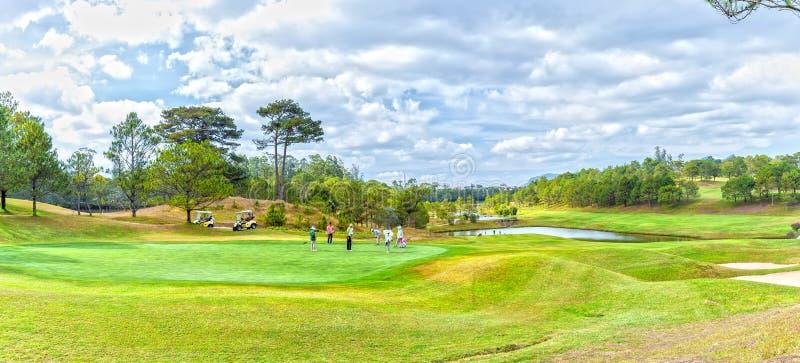 Семья играя гольф под долиной стоковые фото