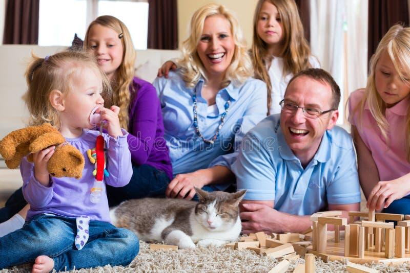 Семья играя дома стоковые фото