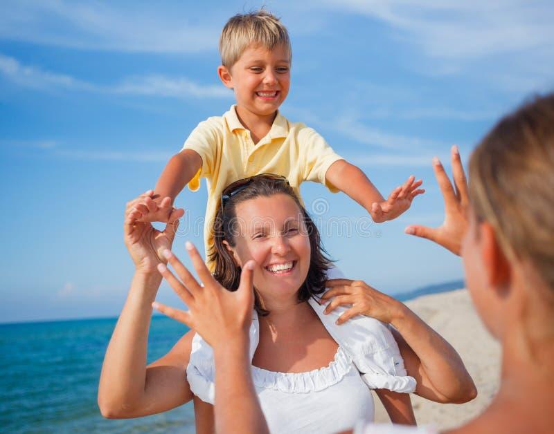 Семья играя на пляже стоковое изображение