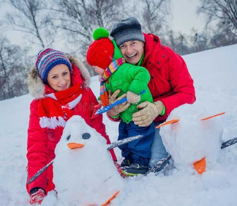 Семья играя снег стоковые фото