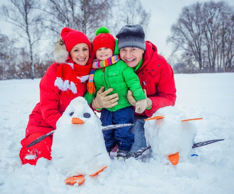 Семья играя снег стоковые фотографии rf