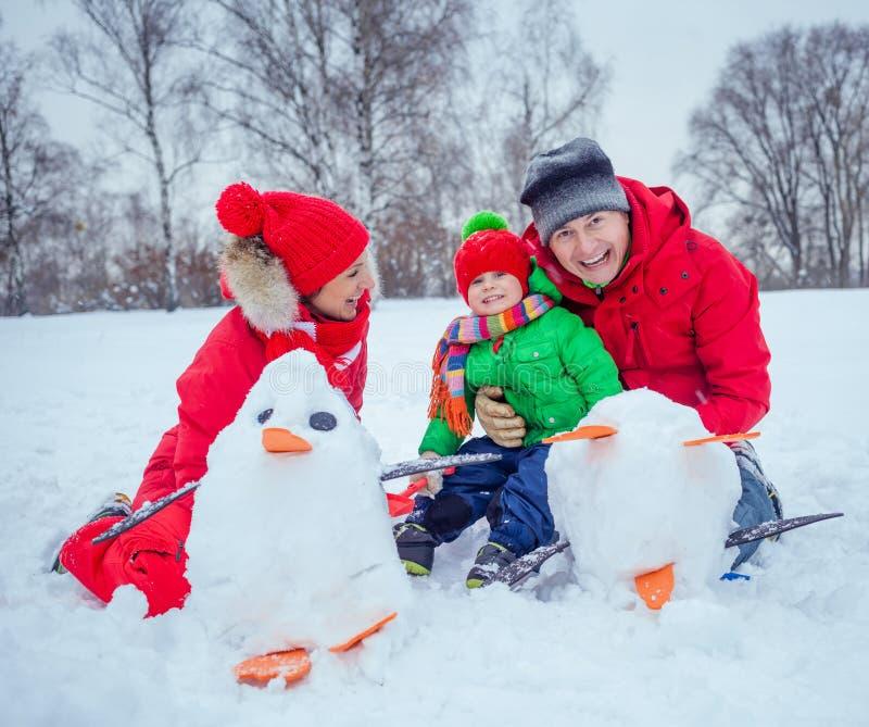 Семья играя снег стоковое фото