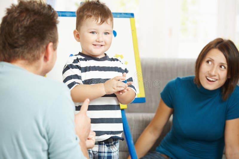 семья играя совместно стоковое изображение