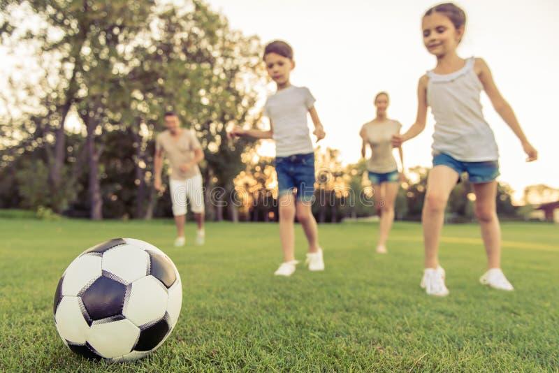 семья играя футбол стоковые изображения rf