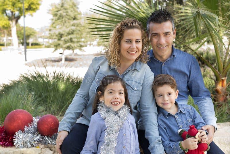 Семья из четырех человек в парке стоковые фото