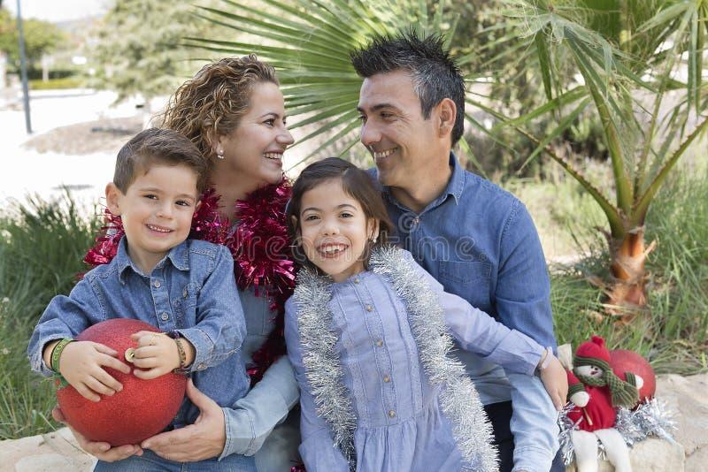 Семья из четырех человек в парке стоковые фотографии rf
