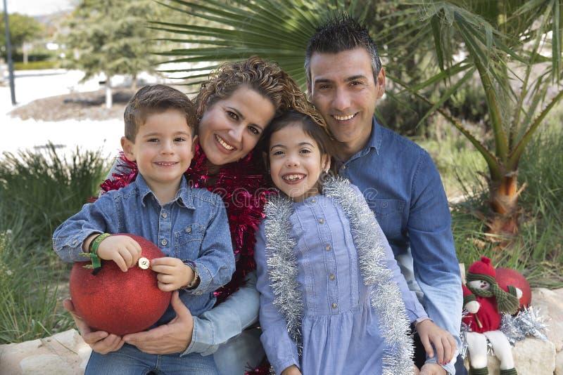 Семья из четырех человек в парке стоковое изображение
