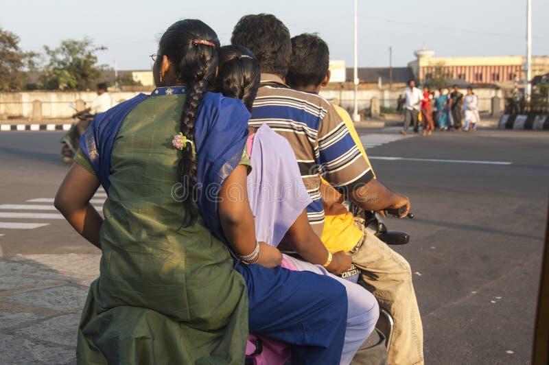 Семья из четырех человек на одном мопеде в Ченнаи Индии стоковое фото
