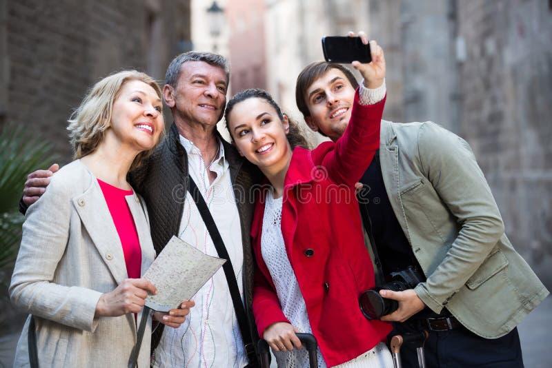 Семья из четырех человек принимая selfie outdoors стоковые фотографии rf