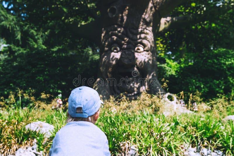 Семья имеет потеху на парке атракционов Efteling, Нидерландах стоковая фотография rf