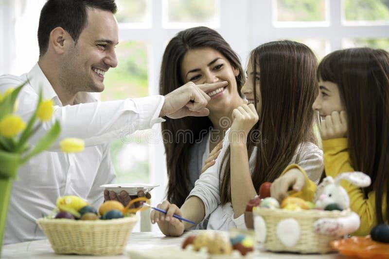Семья имеет потеху на пасхе стоковая фотография rf