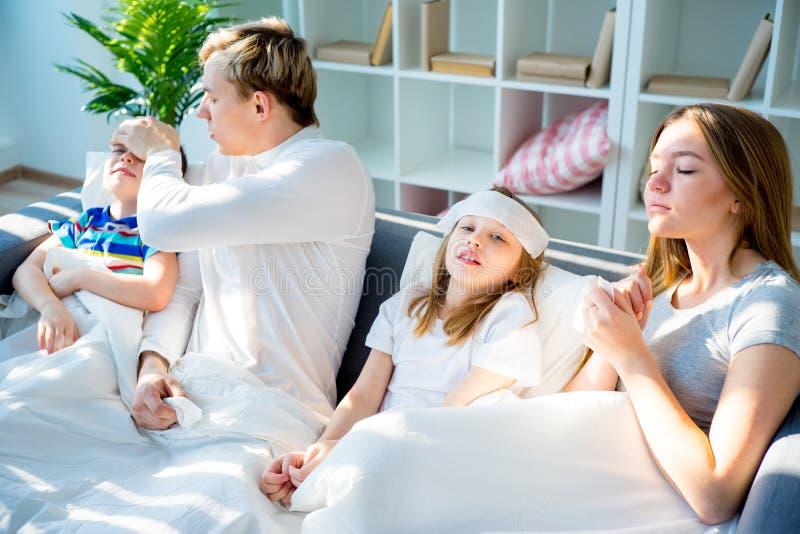 Семья имея грипп стоковое изображение rf