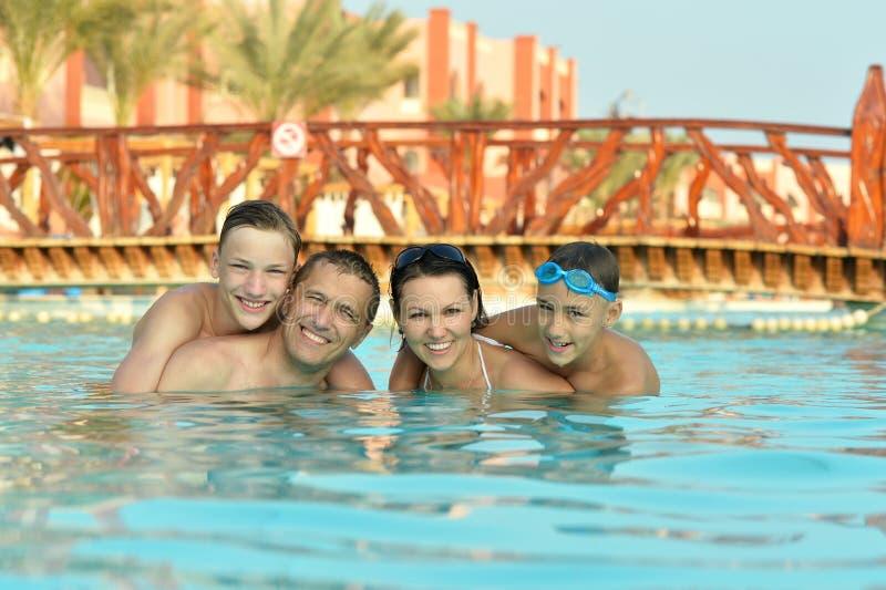 Семья имея потеху в бассейне стоковые изображения rf