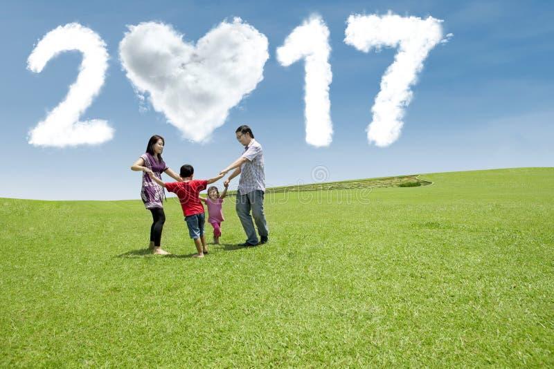 Семья имея потеху на поле с 2017 стоковое изображение