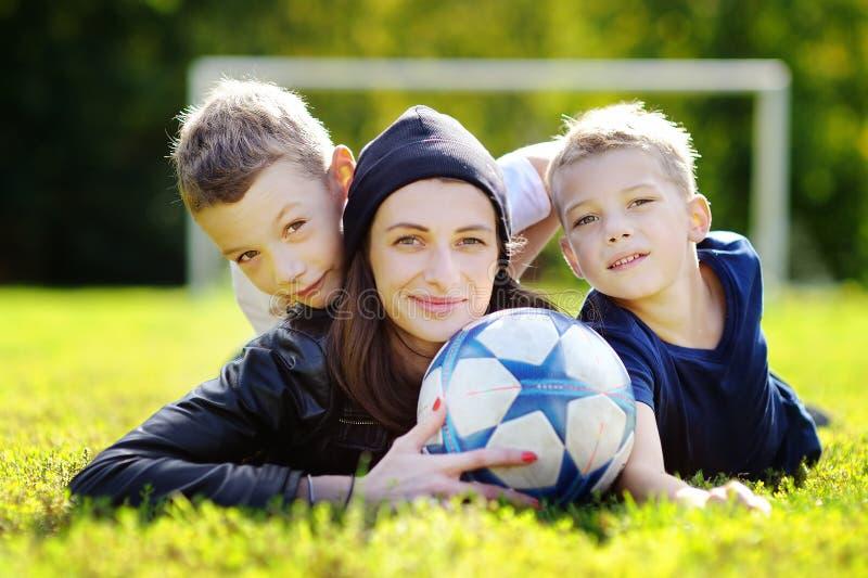 Семья имея потеху с шариком outdoors стоковое фото