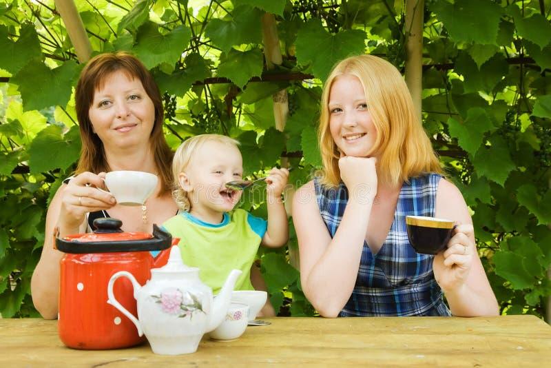 Download семья имея чай pergola стоковое изображение. изображение насчитывающей ребенок - 17617417