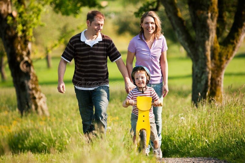 семья имея outdoors прогулку лета стоковые изображения