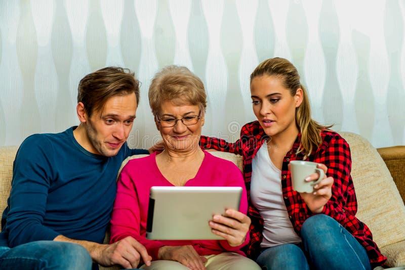 Семья используя таблетку стоковые фотографии rf