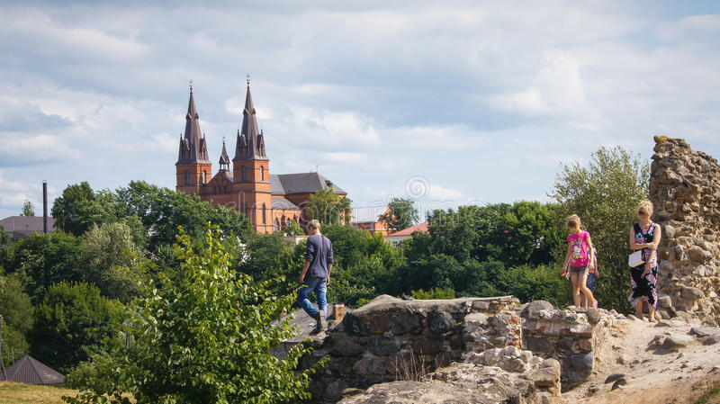 Семья исследует руины замка Rezekne стоковые фотографии rf
