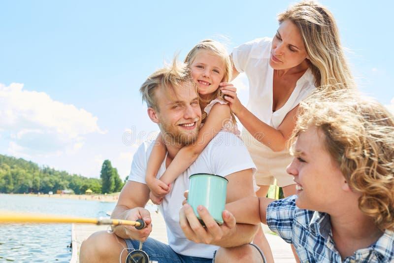 Семья и дети удя совместно стоковые фотографии rf
