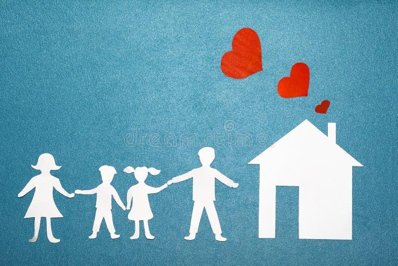 Семья и домашняя концепция влюбленности Бумажные дом и семья на голубой текстурированной предпосылке Красные сердца от трубы дома стоковые изображения