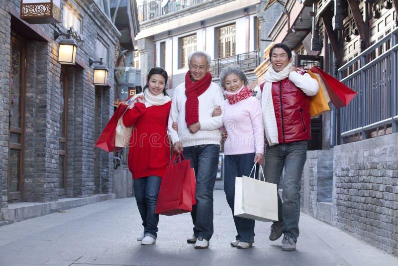 Семья идет ходить по магазинам стоковое изображение rf
