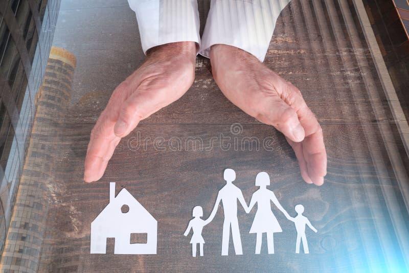 Семья и концепция страхования дома; множественная выдержка стоковое изображение