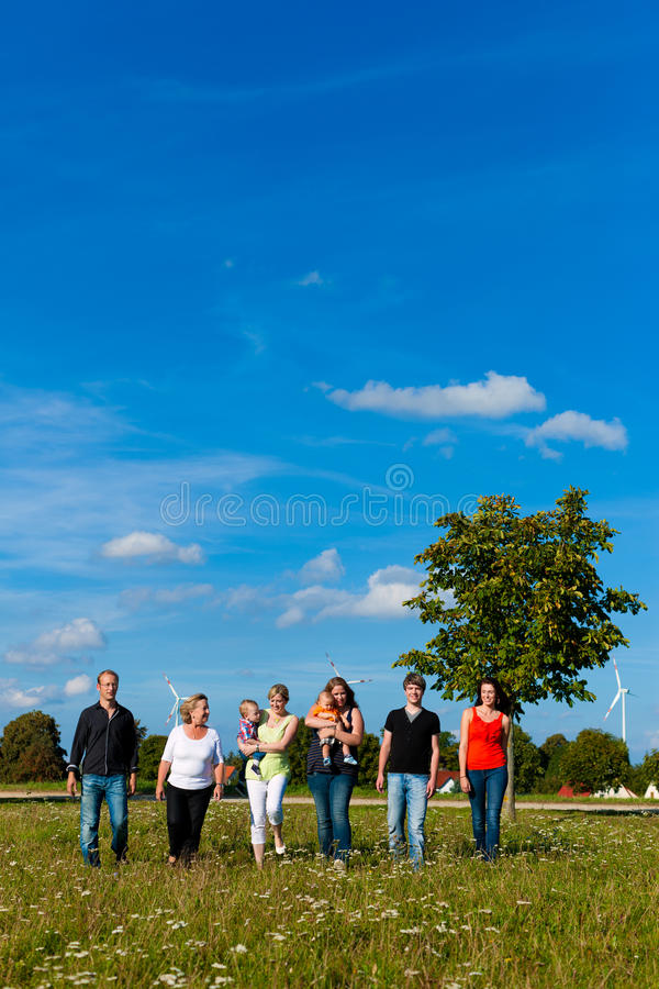 Семья и мульти-поколение - потеха на луге в лете стоковая фотография rf