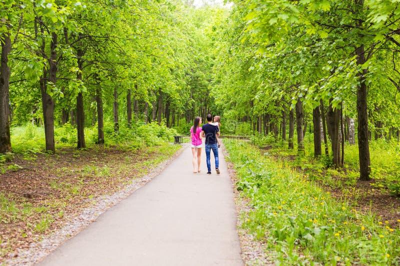 Семья идя вдоль пути лета стоковые фотографии rf