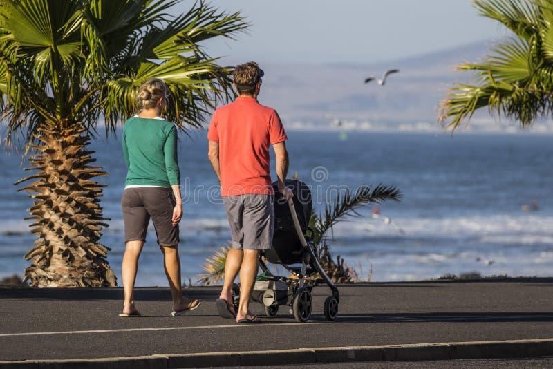 Семья идя вдоль фронта пляжа стоковое фото rf